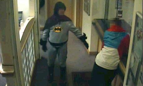 Homem fantasiado de Batman entrega ladrão à polícia! Verdadeiro ou falso? (foto: Reprodução/Polícia de West Yorkshire/Youtube)