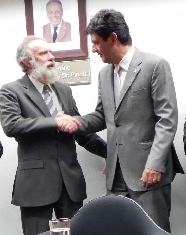 Luiz Henrique Mandetta passando o cargo de Presidente da Comissão para o deputado Rosinha (de barba). (foto: Divulgação)