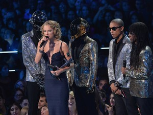 Taylor Swift recebe prêmio por 'I knew you were trouble' das mãos de Pharrell Williams, Daft Punk e Nile Rodgers no VMA 2013 (Foto: Rick Diamond/Getty Images for MTV/AFP)