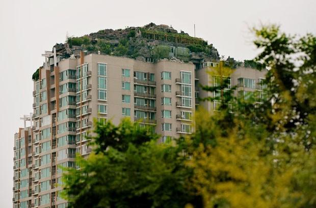 Mansão ficava em prédio de 26 andares em Pequim (Foto: Mark Ralston/AFP)
