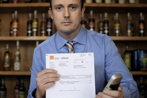 Gerard Chaussee mostra a fatura de 716.414.273 euros. (Foto: Jeff Pachoud/AFP)