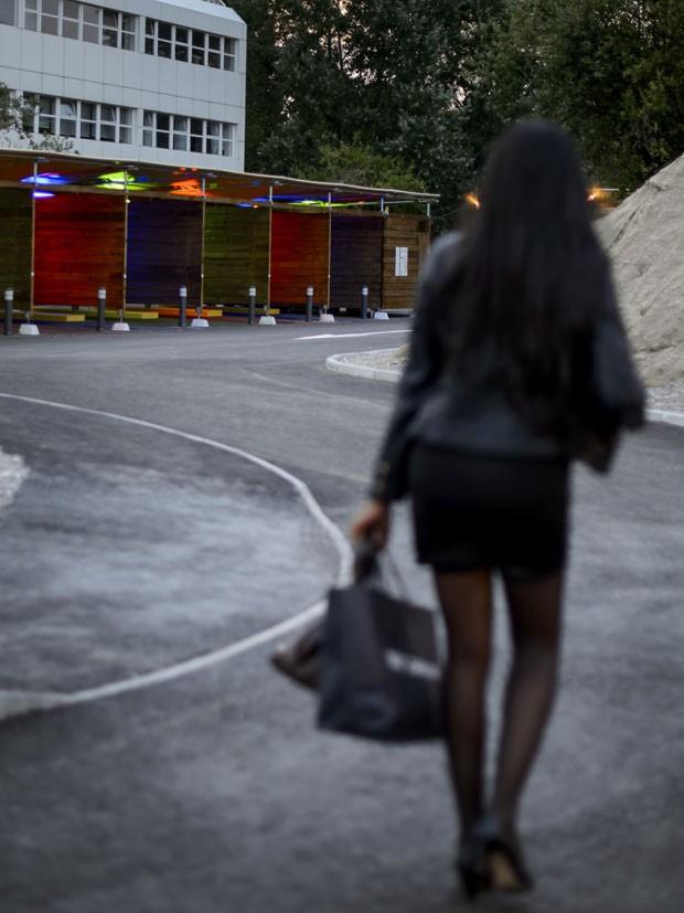 Prostituta caminha em drive-in do sexo em Zurique (Foto: Fabrice Coffrini/AFP)