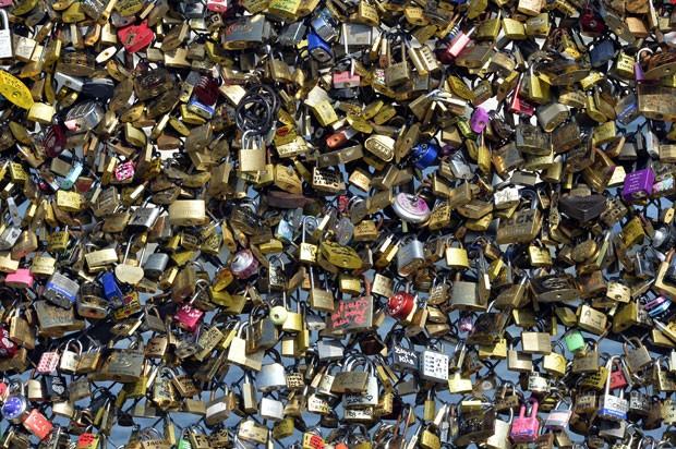 Por segurança, França deve retirar cadeados apaixonados de ponte (Foto: Miguel Medina/AFP)