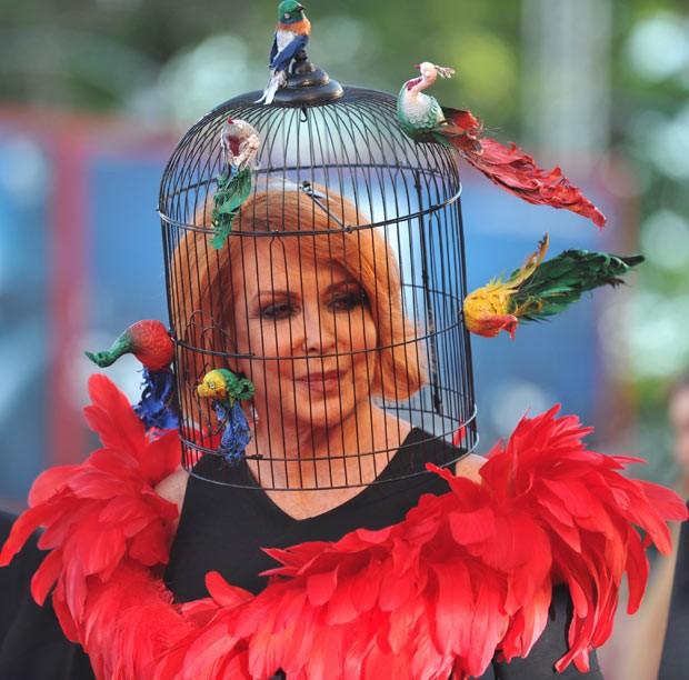 Atriz usa chapéu de 'gaiola de pássaros' em festival na Itália (Foto: Tiziana Fabi/AFP)