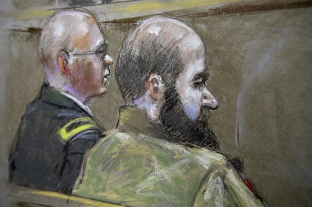 O major Nidal Malik Hasan, à direita, em desenho feito nesta quarta-feira (21) no tribunal em Fort Hood, no Texas (Foto: AFP)