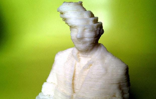 """Esta estátua era para ser a impressão 3D de um auto-retrato do artista e grande fã da técnica Fred Kahl. """"A cabeça de impressão desalinhou e esse foi o resultado"""", explicou Kahl (Foto: Fred Kahl)"""