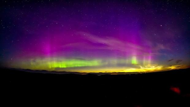 Filmagem captava nuvens noctilucentes quando aurora boreal apareceu, formando um espetáculo de luz. (Foto: BBC)