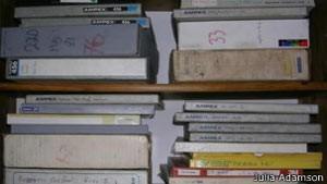 No Facebook, Julia Adamson postou fotos das caixas de fitas resgatadas (Foto: BBC)