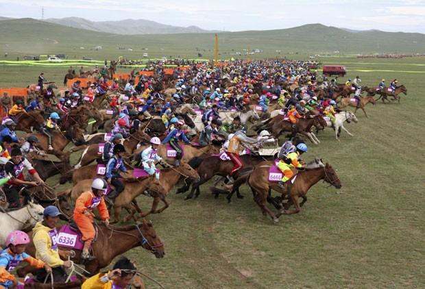 Mais de 4 mil competiram em corrida de cavalos na Mongólia e bateram recorde (Foto: B. Rentsendorj/Reuters)