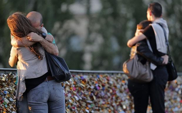 Tradição de anexar o cadeado na ponte tem feito amantes viajarem de todas as partes do mundo para a capital francesa (Foto: Christian Hartmann/Reuters)