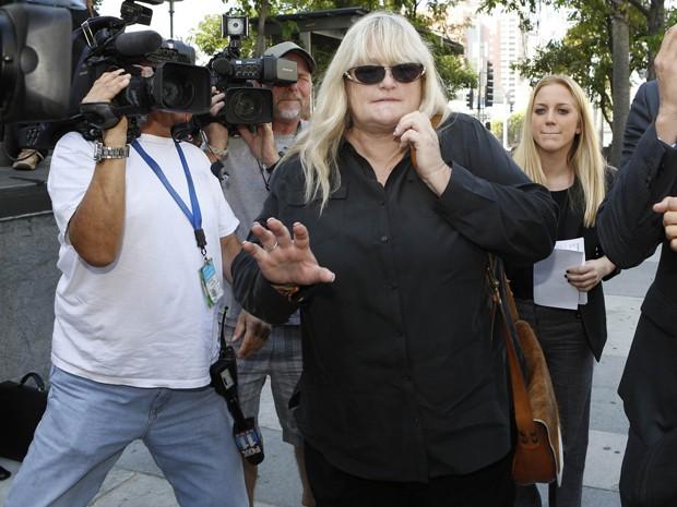 Debbie Rowe, ex-mulher de Michael Jackson, chega ao tribunal de Los Angeles, nesta quinta (15) (Foto: REUTERS/Mario Anzuoni)
