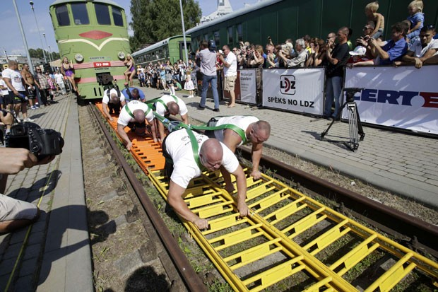 Equipe puxou locomotiva de 254 toneladas e bateu recorde (Foto: Ints Kalnins/Reuters)