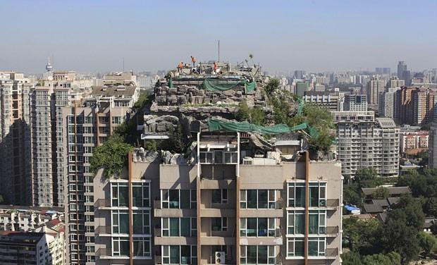 'Casa de montanha' continuava ser desmontada nesta segunda-feira (26) (Foto: Reuters)