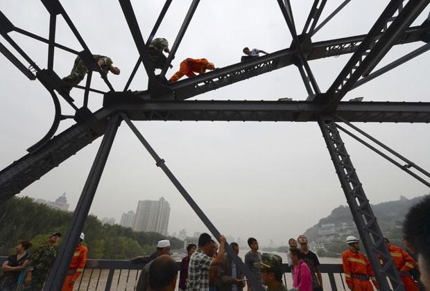 Equipes de resgate conseguiram retirar homem do topo de ponte na China (Foto: China Daily/Reuters)
