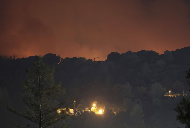 Fogo se espalha pelo parque nacional Yosemite nesta quinta-feira (29) (Foto: David McNew/Reuters)