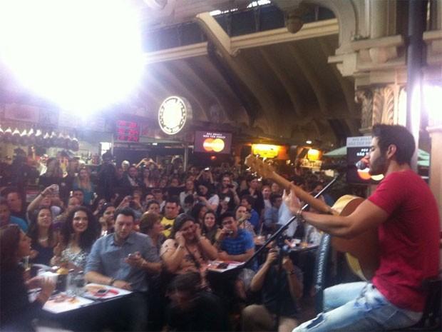 Gusttavo Lima no Mercado Municipal de São Paulo (Foto: Rodrigo Ortega/G1)