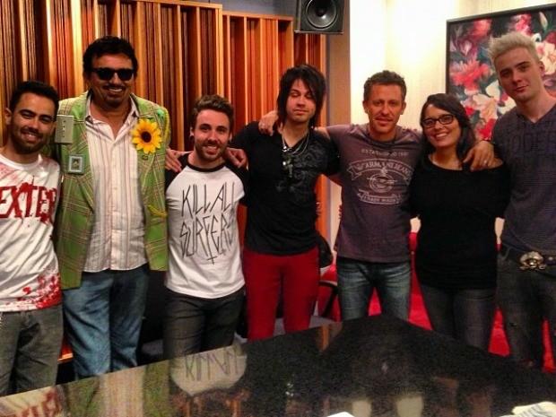 Banda Contra as Nuvens ao lado de Rick Bonadio e o cantor Falcão (Foto: Arquivo Pessoal)