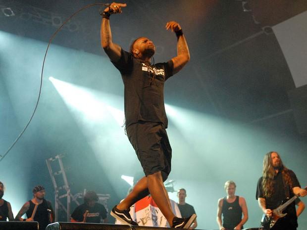 Vocalista Derrick Green agitou o público roqueiro (Foto: Alexandre Durão/G1)