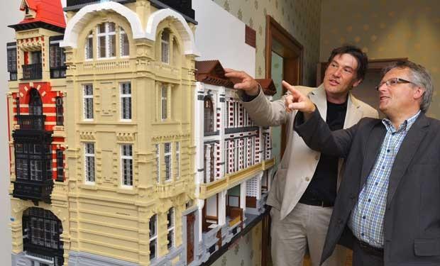 Réplica de seis fachadas da época da Belle Époque foram feitas com lego por um artista belga (Foto: Bnoit Doppagne/ AFP)
