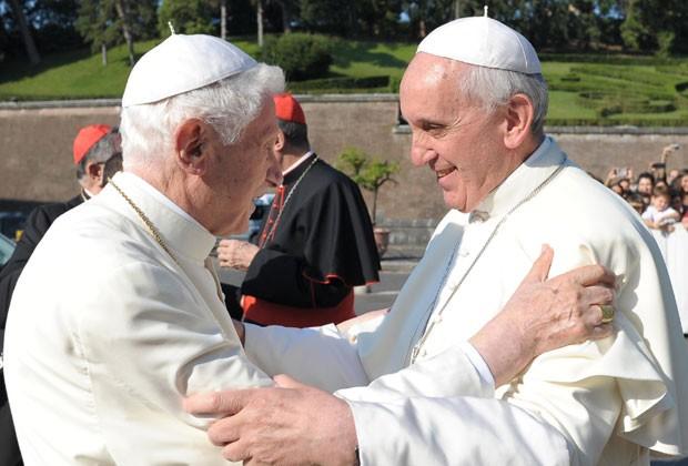 O Papa Emérito Bento XVI e o Papa Francisco se abraçam após cerimônia no Vaticano nesta sexta-feira (5) (Foto: Osservatore Romano/AFP)