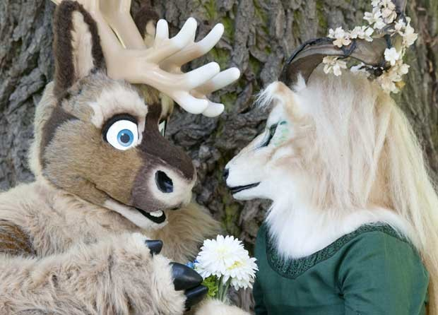 Duas pessoas fantasiadas de animais interagem em encontro na Alemanha (Foto: Jens Meyer/AP)