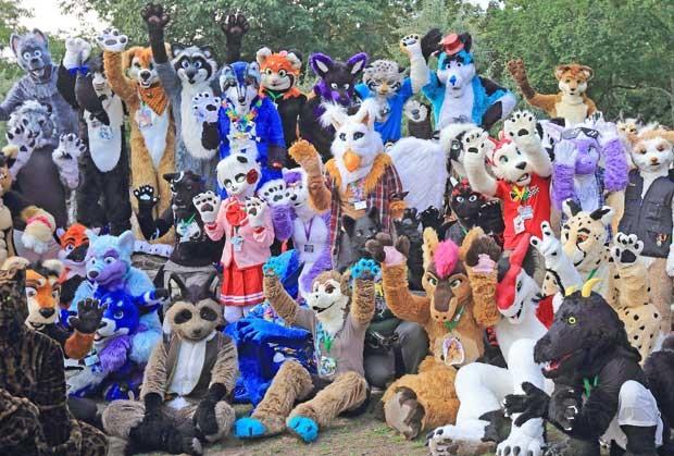 Grupo fantasiado de animais participa de convenção de amantes de bichos peludos na Alemanha (Foto: Jens Meyer/AP)