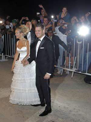 O cantor canadense e sua noiva, a atriz argentina Luisana Lopilato posam para fotos após cerimônia religiosa, na última quinta (Foto: Enrique Marcarian / Reuters)