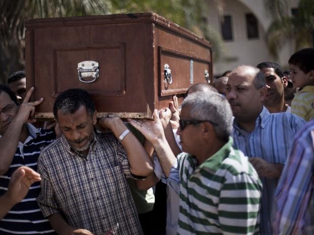 Amigos e parentes de Ammar Badie, morto na sexta-feira (16) durante confrontos no Egito, carregam seu caixão durante funeral no Cairo (Foto: Manu Brabo/AP)