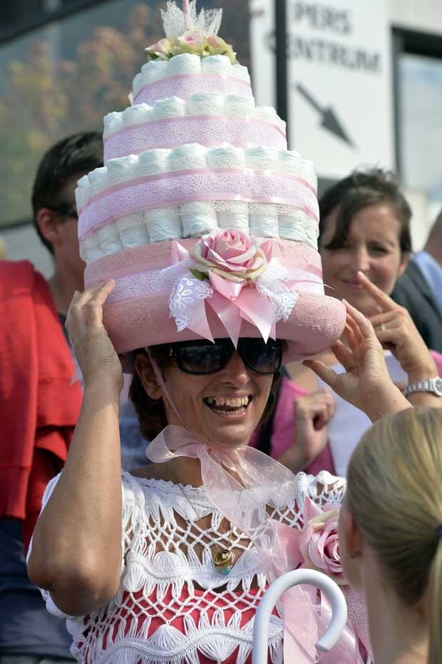 Mulher exibe chapéu de bolo durante corrida de cavalos na Bélgica (Foto: Eric Lalmand/ AFP)