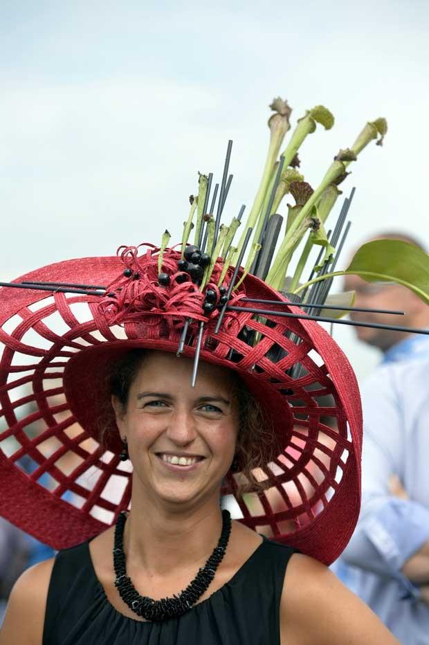 Mulher usa chapéu bizarro em evento na Bélgica nesta terça-feira (27) (Foto: Eric Lalmand/ AFP)