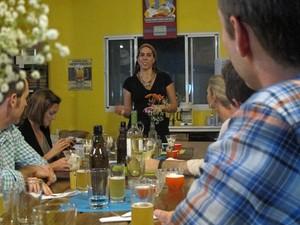 A sommelier Julia Reis foi a anfitriã de uma degustação de cervejas e comidas para dez americanos, no sábado (10) (Foto: Daniela Braun/G1)