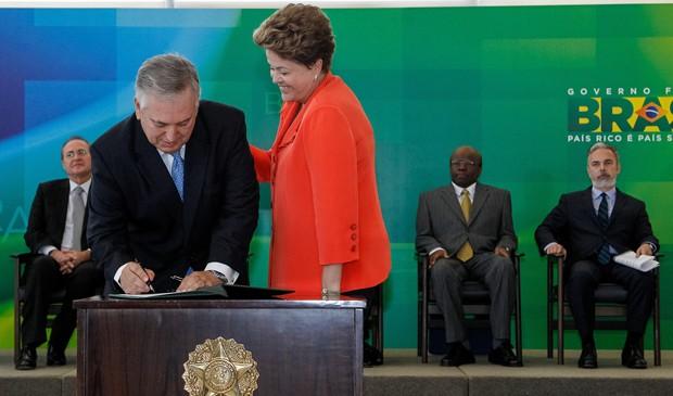 Dilma Rousseff dá posse ao novo ministro das Relações Exteriores, Luiz Alberto Figueiredo Machado; à dir., o ex-titular da pasta, Antonio Patriota (Foto: Roberto Stuckert Filho/PR)