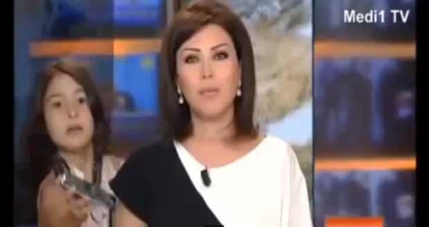 Filha interrompre programa de TV para levar celular para a mãe que estava apresentando as notícias no Marrocos (Foto: Reprodução/YouTube/SAINT MONA)