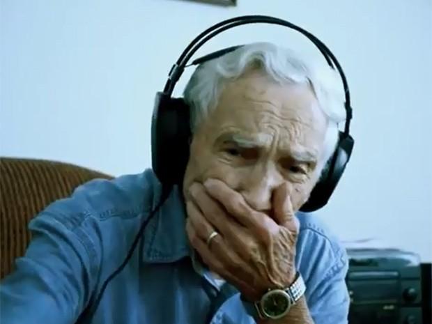Fred Stobaugh, de 96 anos, se emociona ao ouvir pela primeira vez a gravação profissional de sua composição para a esposa falecida (Foto: Divulgação / Filme 'A Letter from Fred')