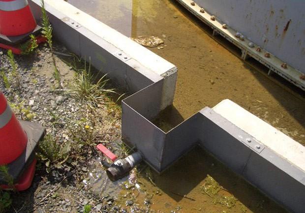 Foto divulgada pela Tepco mostra água contaminada que vasou de um tanque na usina nuclear de Fukushima. (Foto: AFP Photo/Tepco)