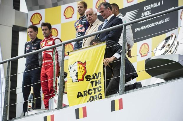 Cartaz foi colocado em frente ao pódio de Grande Prêmio da Bélgica (Foto: AFP Photo/Belga/Eric Lalmand)