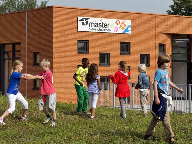 A primeira unidade da escola Steve Jobs School foi inaugurada em Sneek, na Holanda (Foto: Michael Kooren/Reuters)