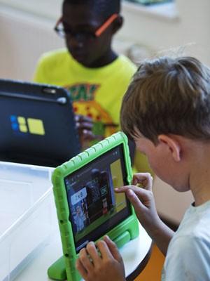 Menino mexe em iPad durante a aula (Foto: Michael Kooren/Reuters)