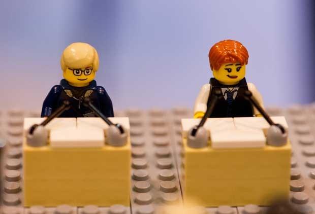 Candidatos a chanceler na Alemanha são retratados em peças de lego (Foto: Jan-Philipp Srobel/ AFP)