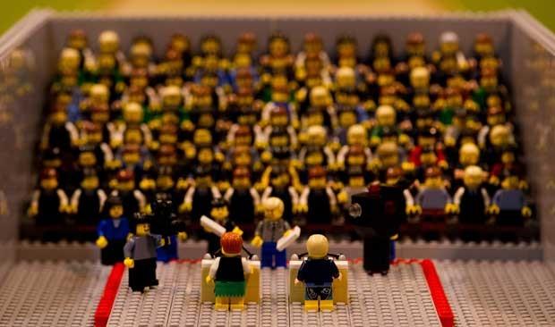 Estrutura de um estúdio de TV, plateia e candidatos foram reproduzidos em brinquedos (Foto: Jan-Philipp Srobel/ AFP)