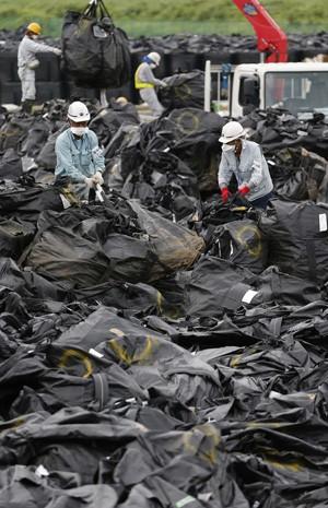 Grupo recolhe resíduos com sinais de radiação em cidade perto de Fukushima. (Foto: Reuters)