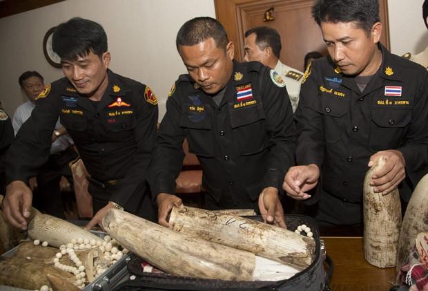 Funcionários da alfândega inspecionam material contrabandeado apreendido. (Foto: AP Photo/Sakchai Lalit)