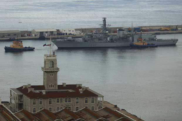 Fragata HMS Westminster é rebocada para o porto depois de chegar à baía de Gibraltar, ao sul da Espanha, nesta segunda-feira (19) (Foto: Jon Nazca/ Reuters)