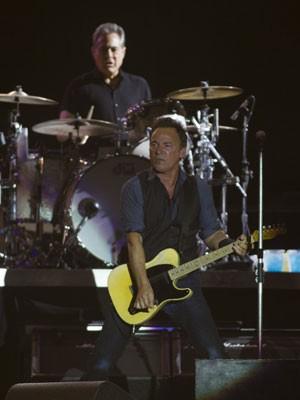 Max Weinberg (ao fundo) e Bruce Springsteen, durante show da E Street Band (Foto: Agência Zero)