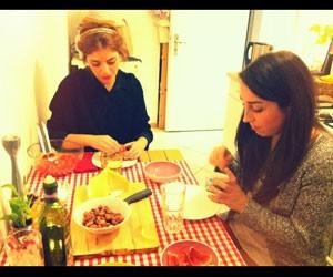 Gabrielle Oliveira (à esquerda) no apartamento de Ainara DelValle, cofundadora do 'Meal Sharing', em Berlim (Foto: Arquivo Pessoal)