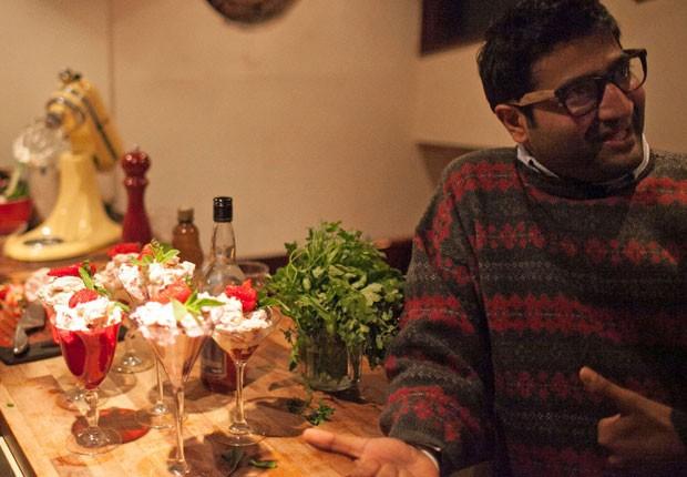 Jay Savsani, cofundador do 'Meal Sharing' em um jantar marcado pela rede. (Foto: Divulgação/Meal Sharing)