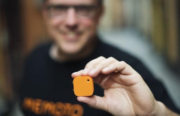 Presidente-executivo da Memoto, Martin Kallstrom, segura a microcâmera criada pela empresa (Foto: Jonathan Nackstrand/France Presse)