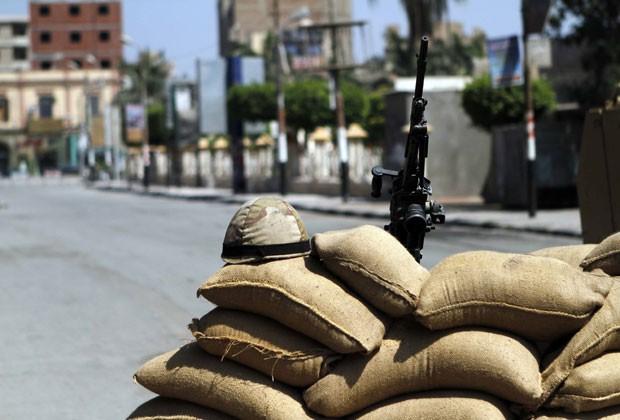 Forças de segurança fazem barricada para conter protestos em Beni Sueif, ao sul do Cairo, nesta sexta-feira (30) (Foto: Sabry Khaled, El-Shorouk/AP)