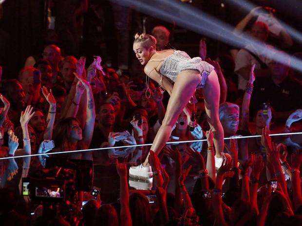 Miley Cyrus canta no Video Music Award, neste domingo (25), em Nova York (Foto: Reuters/Lucas Jackson)