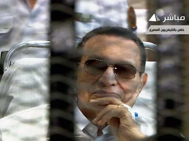 Imagem da TV estatal egípcia mostra o ex-presidente Hosni Mubarak sentado atrás das grades, durante seu julgamento na Academia de Polícia no Cairo. (Foto: TV estatal egípcia / Via AFP Photo)